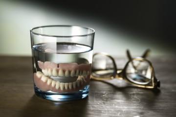 אם שיניים תותבות הן פאסה, אז מה במקומן?